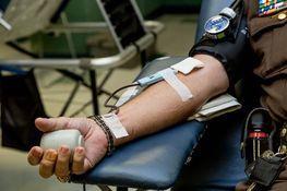 zbliżenie na moment oddawania krwi przez dawcę