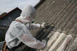 Osoba usuwająca azbest w specjalnym kombinezonie