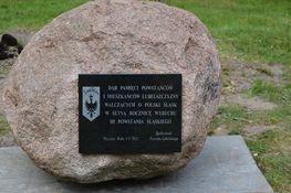 głaz z pamiątkową tablicą z napisem Dąb Pamięci Powstańców i Mieszkańców Lubelszczyzny walczących o Polski Śląsk w setną rocznicę wybuchu III Powstania Śląskiego