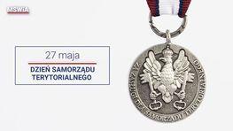 medal honorowy i napis 27 maja dzień samorządu terytorialnego