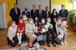 zdjęcie grupowe dzieci oraz przedstawicieli samorządu terytorialnego podczas wręczania upominków z okazji dnia dziecka w Domu Dziecka w Przybysławicach