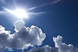 błękitne niebo, słońce i chmury
