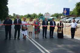 Uroczysty moment przecinania wstęgi z okazji otwarcia powiatowej drogi na odcinku łączącej ulicę Abramowicką z ulicą Głuską.