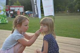 dwie dziewczynki malujące twarze nawzajem