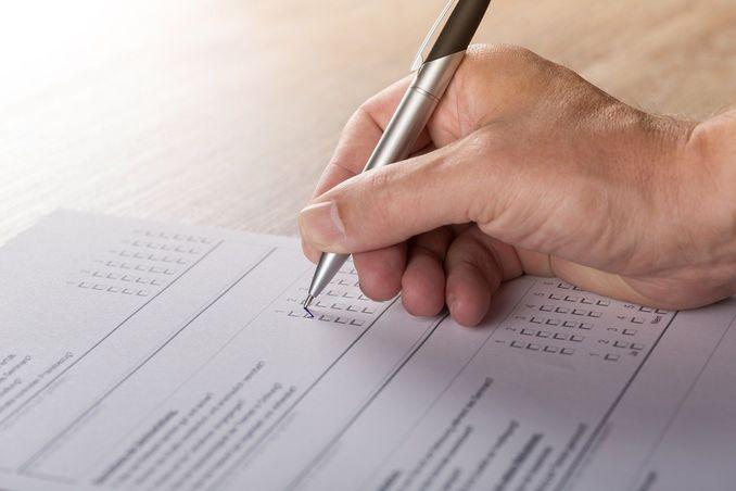 test, ręka człowieka z długopisem