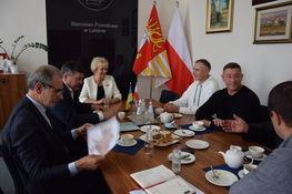 w gabinecie starosty lubelskiego przy stole delegacja ukraińska wraz władzami powiatu lubelskiego