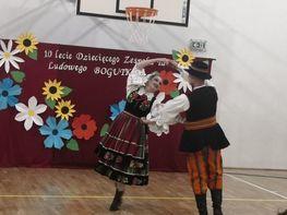 występ artystyczny tańca folkowego w wykonaniu zespołu Bogutki