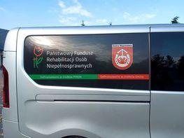 przekazane auto z logo pfronu na szybie i napisem: państwowy fundusz rehabilitacji osób niepełnosprawnych