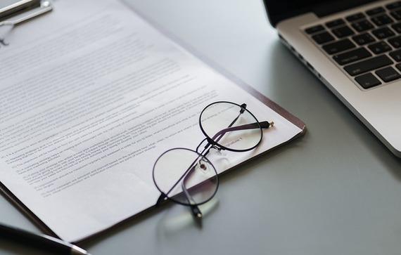 Okulary na tle dokumentu