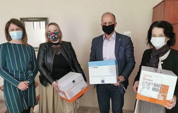 Zdjęcie przedstawia starostę ryckiego oraz 3 panie z samorządu