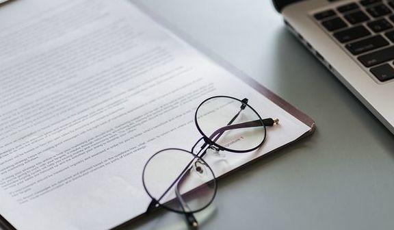 Zdjęcie okularów na biurku z dokumentami