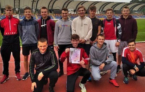 V-ce Mistrzowie Rejonu w Lekkoatletycznej Lidze szkół średnich- zdjęcie grupowe