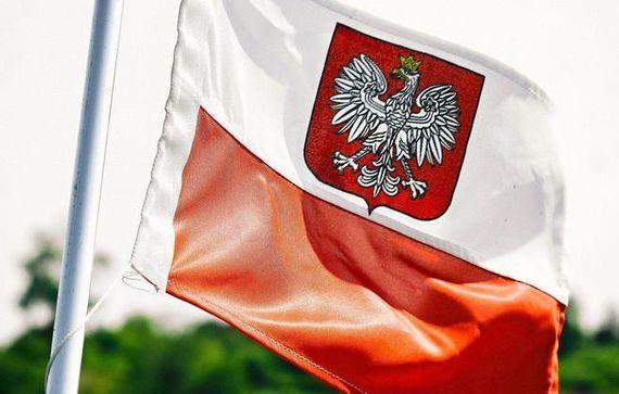 biało-czerwona flaga, na niej godło