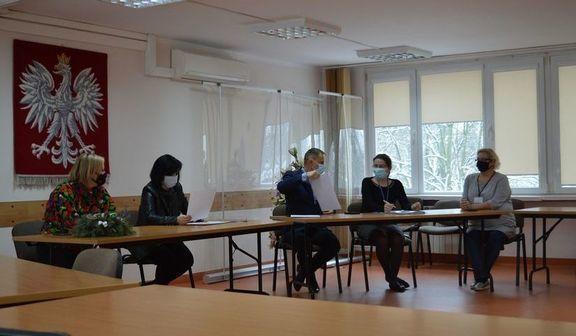 Zdjęcie osób przy biurkach