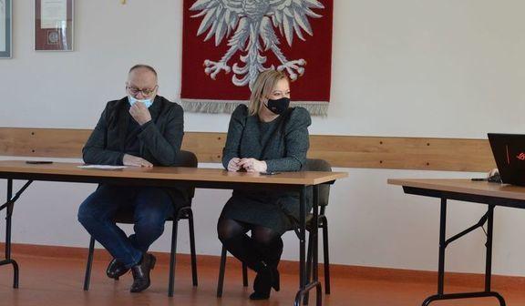 Dwie osoby siedzące w ławce