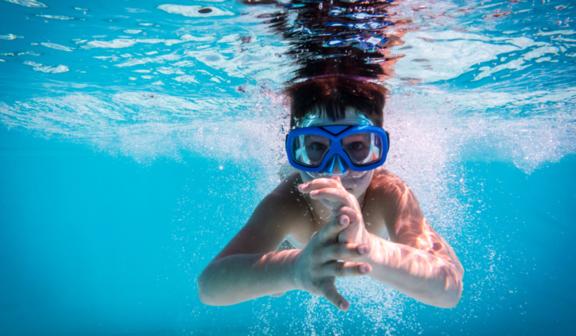 Dziecko w basenie pod wodą