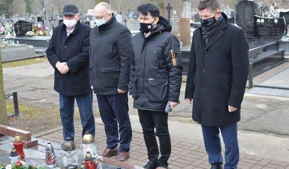 Starosta Rycki Dariusz Szczygielski wraz z przedstawicielami samorządu województwa lubelskiego, samorządu gminnego oraz reprezentantami Światowego Związku Żołnierzy Armii Krajowej koło w Rykach