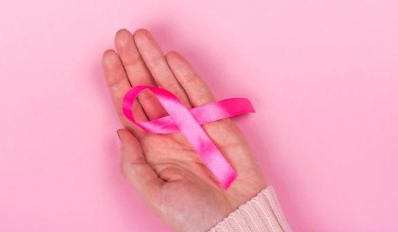 Różowa wstążka na dłoni