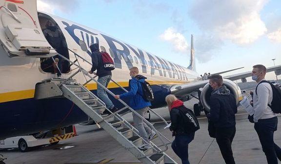 Osoby wsiadające do samolotu
