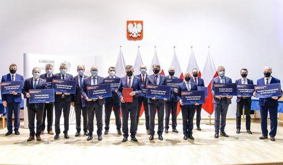 Zdjęcie grupowe osób trzymających tabliczki