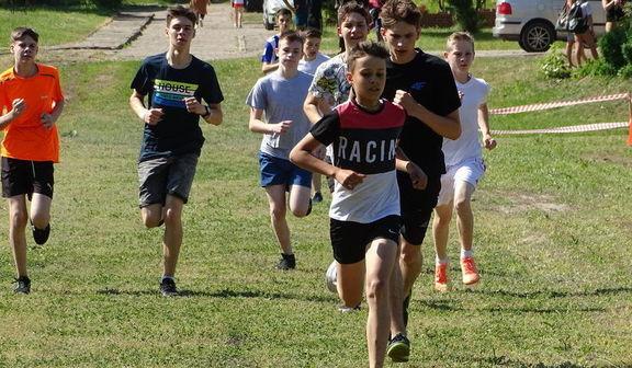 egzamin sprawnościowy - biegnąca młodzież