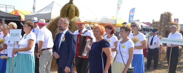 Dożynki Wojewódzkie Radawiec 2018 - delegacja Powiatu Puławskiego, wieniec dożynkowy