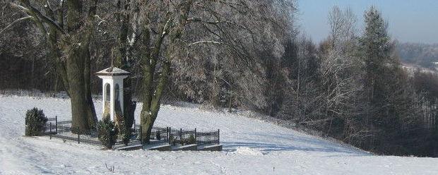 Kapliczka w Kęble w zimowej scenerii