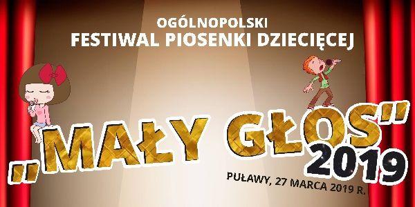 """Plakat: Ogólnopolski Festiwal Piosenki Dziecięcej """"Mały Głos"""" -  2019. Puławy, 27 marca. Tłem jest drewniana scena, beżowe ściany , światło reflektora padające na centralny punkt sceny, po obu stronach rubinowe kotary."""