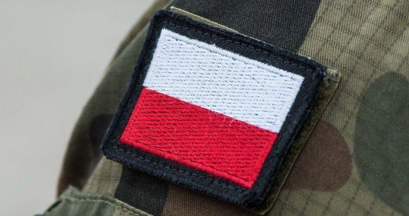 Flaga biało czerwona w formie naszywki na wojskowym mundurze moro
