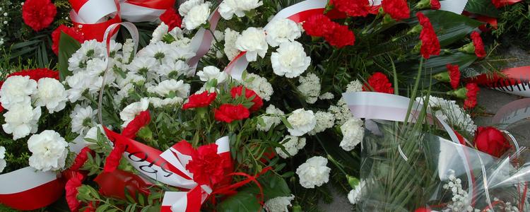 Kwiaty złożone przed Pomnikiem Konstytucji