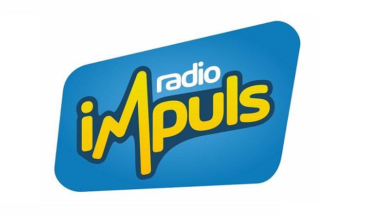 Radio Impuls niebieskie tło, biały i żółty napis