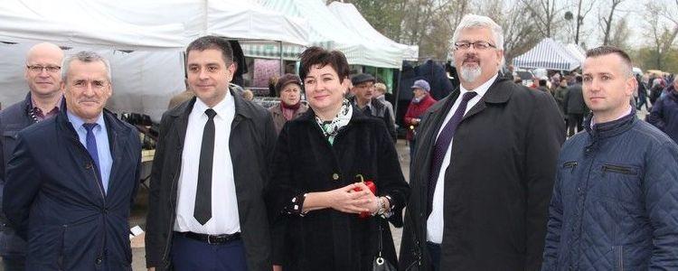 Starosta Danuta Smaga wraz z przedstawicielami samorządu powiatowego i miejskiego podczas otwarcia nowego targowiska w Puławach.