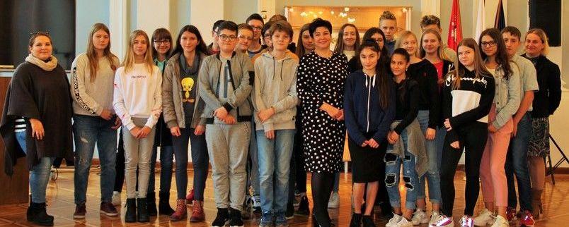 Uczniowie ze starostą w Sali Pompejańskiej