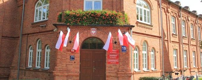 Biało-czerwone flagi na budynku Starostwa powiatowego w Puławach