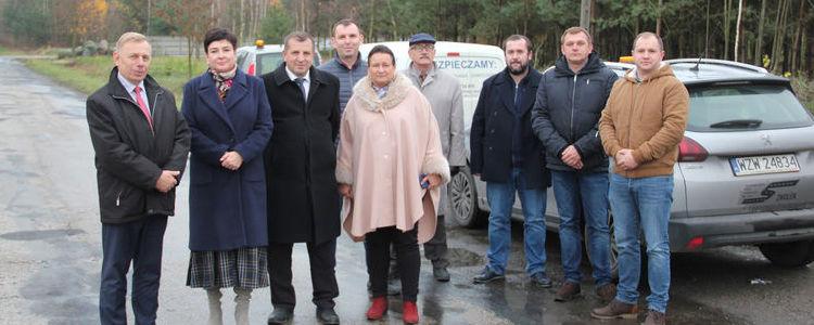 Przedstawiciele samorządu powiatowego, gminnego i wykonawcy podczas przekazania placu budowy.