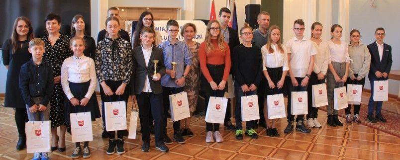 Laureaci konkursu literacko-ortograficznego w Sali Pompejańskiej Starostwa Powiatowego w Puławach