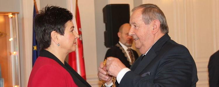 Radny senior Witold Popiołek przekazuje łańcuch nowo wybranej staroście Danucie Smadze