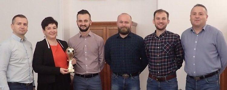 Drużyna Piłki Nożnej Starostwa Powiatowego w Puławach w gabinecie Starosty Puławskiego Danuty Smagi.