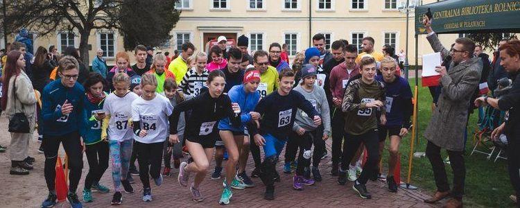 Uczestnicy biegów na linii startu.