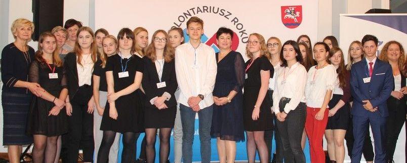 Starosta Danuta Smaga z młodzieżą na gali wolontariatu