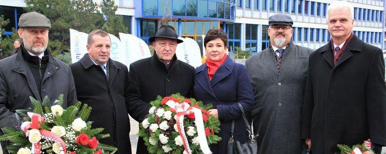 Władze samorządowe powiatu puławskiego podczas uroczystości.