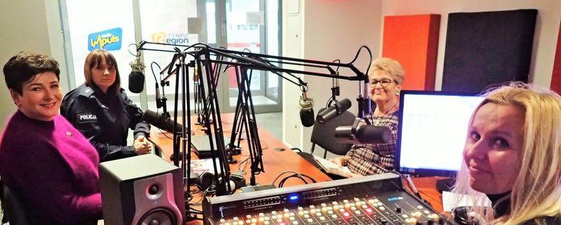 Radiowe studio nagrań, starosta Danuta Smaga, Ewa Rejn-Kozak z Policji, Ewa Dobraczyńska z zarządu związku emerytów, redaktor Joanna Czajkowska