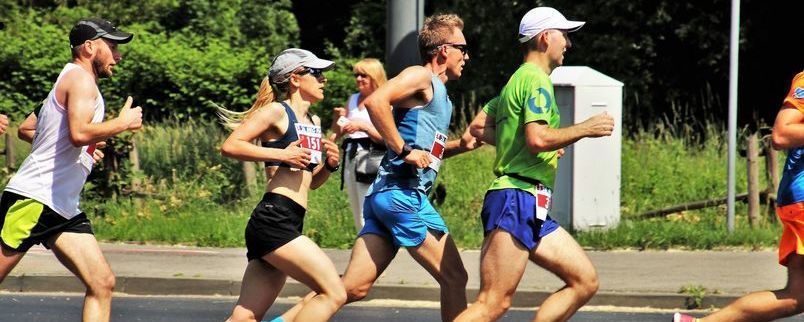 Grupa biegaczy.