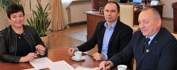 Starosta Danuta Smaga, prezes Puławskiego Parku Naukowo-Technologicznego Tomasz Szymajda oraz dyrektor Zespołu Szkół nr 2 w Puławach Krzysztof Szabelski.