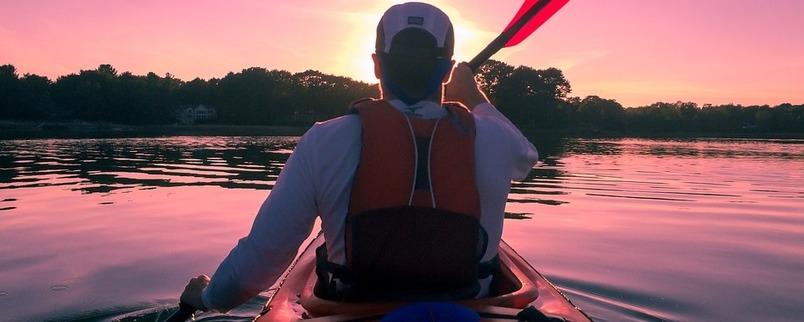 Kajakarz na rzece - zachód słońca
