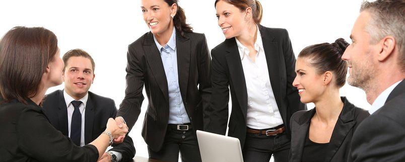 Ludzie w garniturach - zebranie, praca