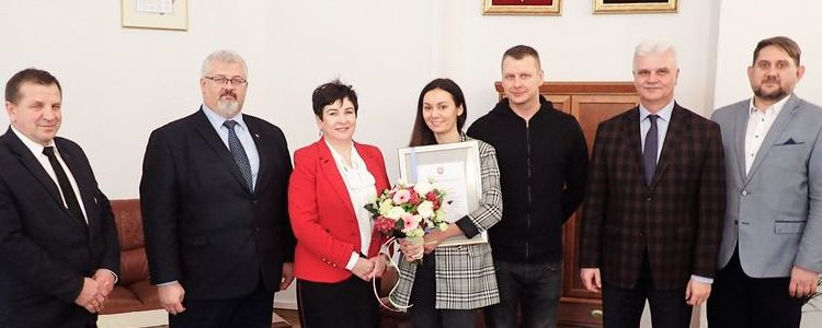Zarząd Powiatu Puławskiego w towarzystwie Anny Sarzyńskiej i jej męża Piotra.