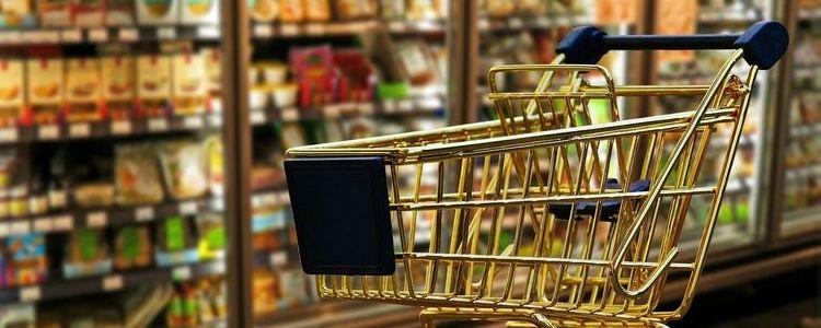 zakupy - koszyk, wózek, towary w tle