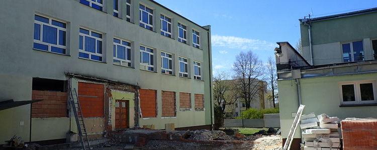 Budynek Zespołu Szkół nr 2 w Puławach w trakcie przebudowy.