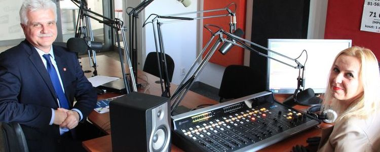 Wicestarosta z redaktor w studiu radiowym
